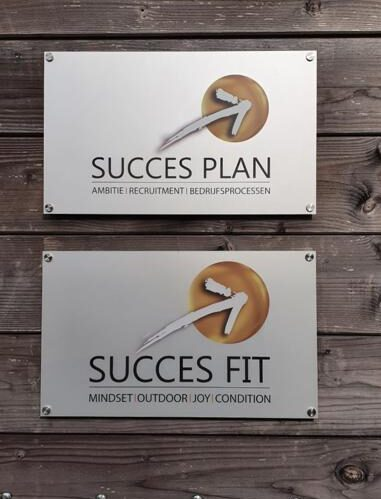 Sleutelspecialist levert bebording voor SUCCES PLAN & SUCCES FIT