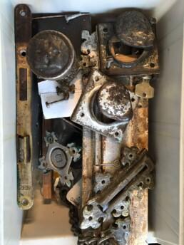 Door middel van een opfrisbeurt is het oude beslag vervangen voor nieuw RVS en een driepuntssluiting gemonteerd